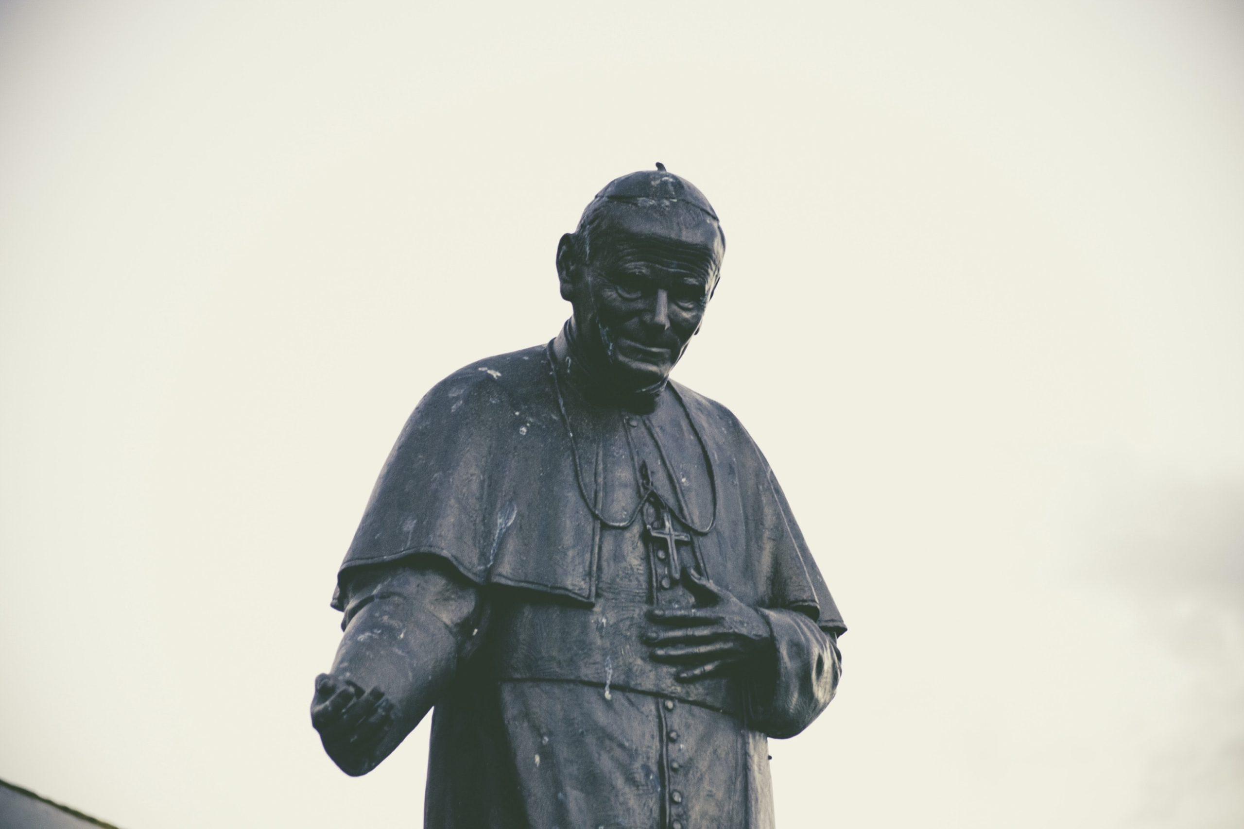 Das Bild zeigt eine Statue von Papst Johannes Paul II.